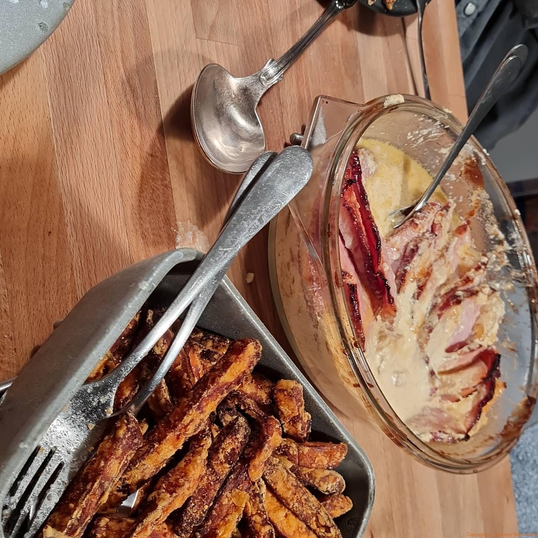 En favoriträtt, kassler med annanasoch pommes frites gjord på sötpotatis.